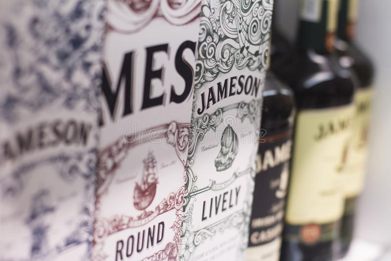 Closeupen av irländareJameson whisky boxas på supermarkethyllor royaltyfri foto