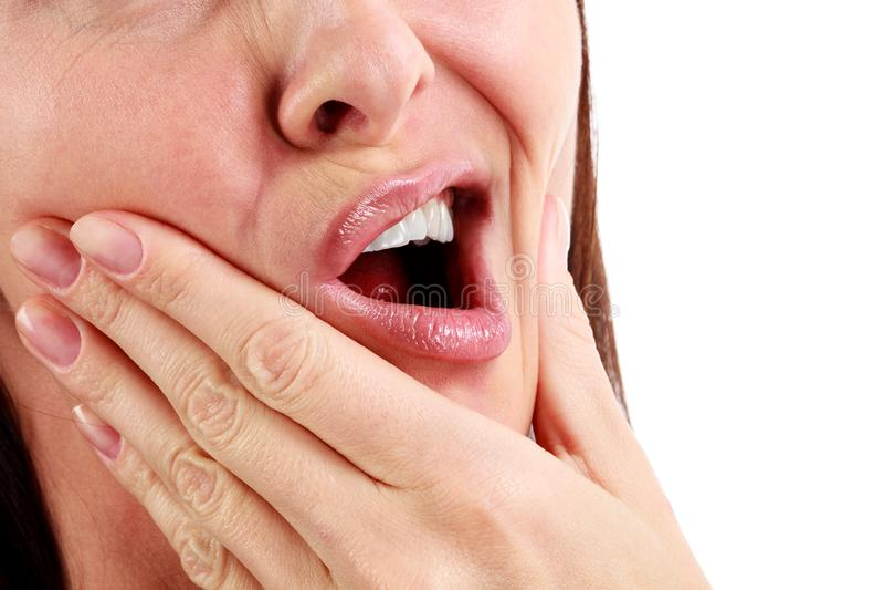 Closeupen av kvinnan i stark tandvärk smärtar arkivbild