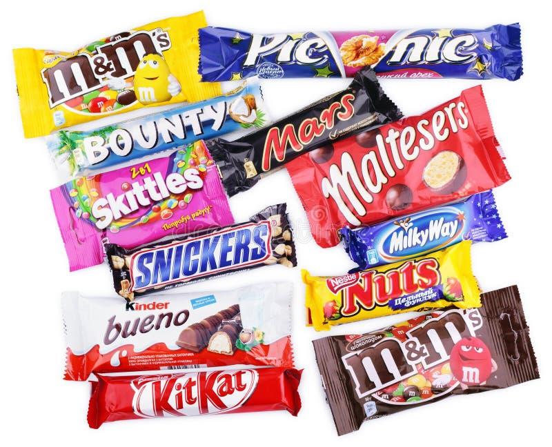 Closeupen av olik choklad bommar för på vit royaltyfri bild