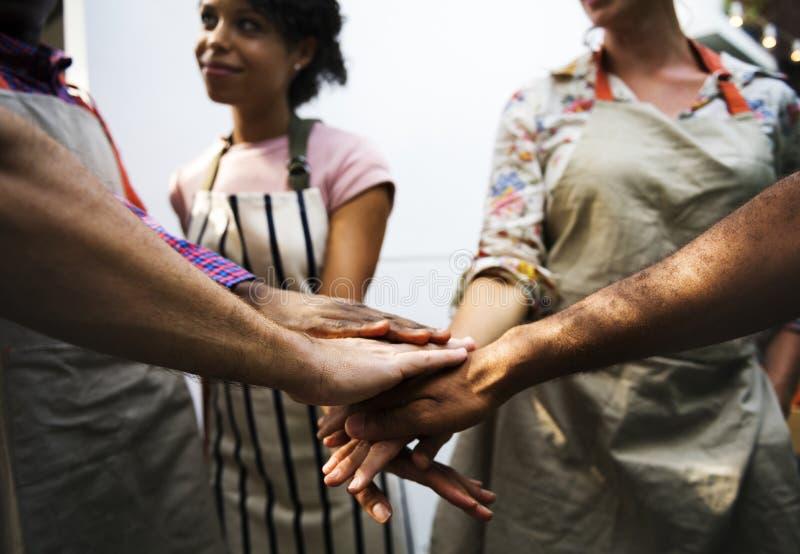 Closeupen av olika händer sammanfogade tillsammans som teamwork royaltyfri foto