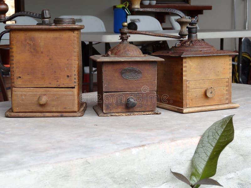 Closeupen av träantikt kaffe tre maler arkivbilder
