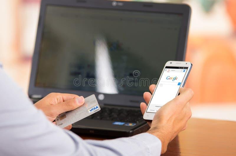 Closeupen av ungt mans händer som rymmer upp smartphonen royaltyfri bild