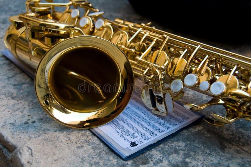 closeupen bemärker saxofonen tillsammans royaltyfria bilder