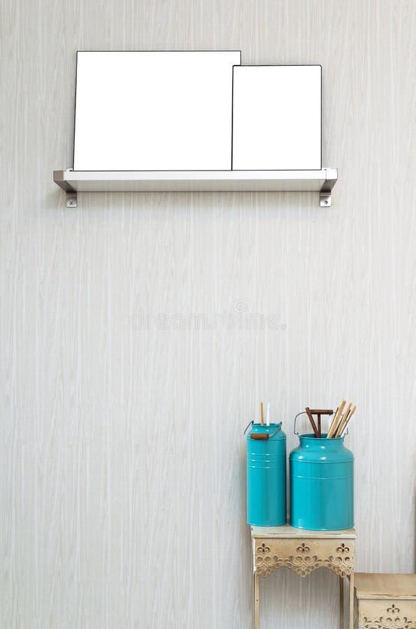 Closeupen dekorerar målarfärgborsten i lyxigt inre sovrum arkivfoton