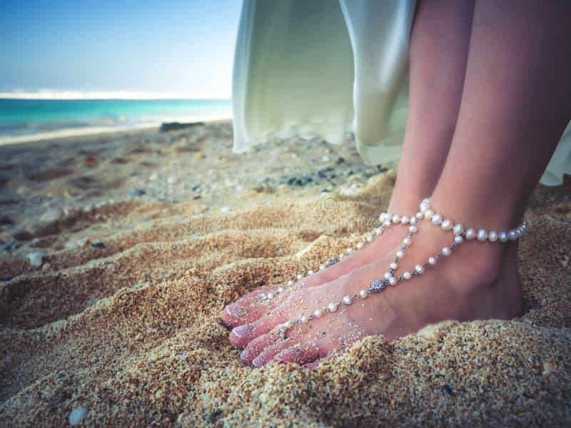 Closeupen dekorerat brud- Foots av härlig brud på stranden, Bali royaltyfri foto