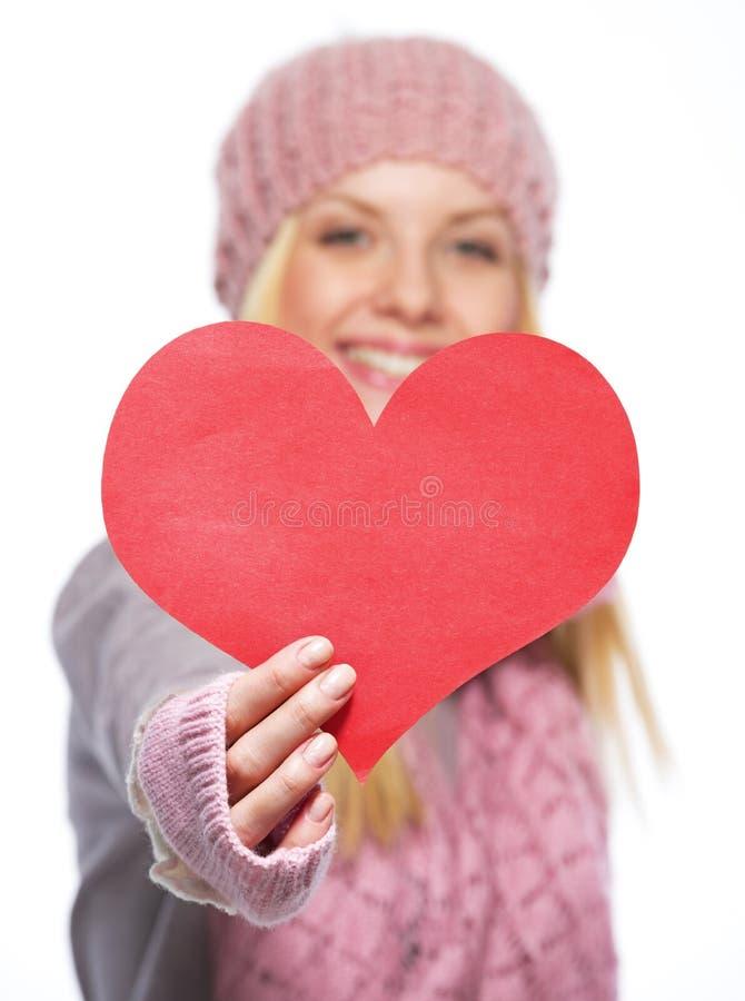 Closeupen på hjärta formade vykortet i hand av tonåringflickan arkivbilder