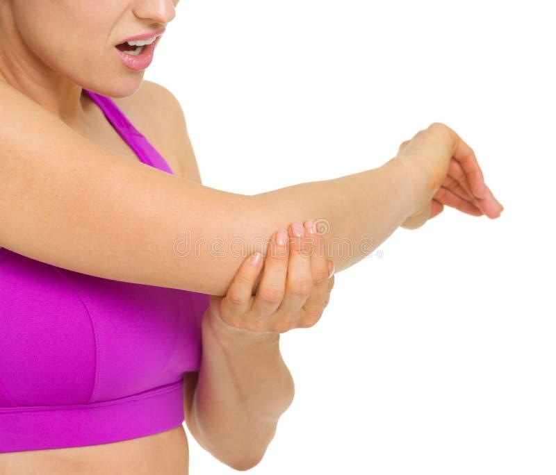 Closeupen på kvinna med armbågen smärtar royaltyfria bilder