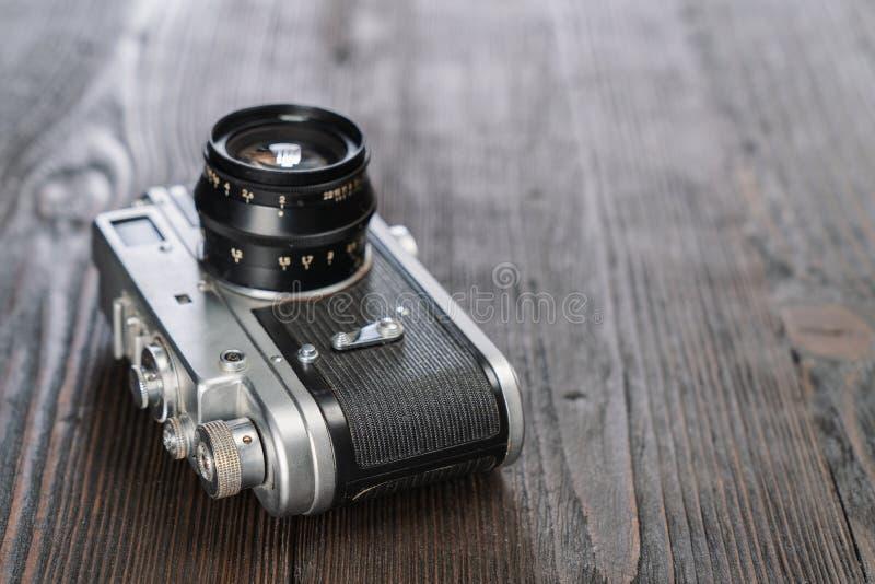 Closeupen sköt av en kamera på en grungy träbakgrund arkivbilder