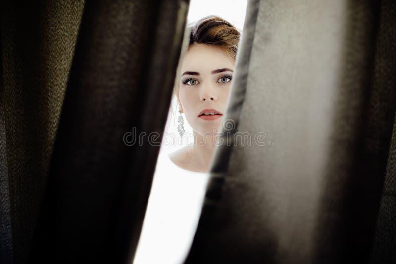 Closeupen sköt av ett elegant, brunettbrud i tappningvitdres royaltyfria foton
