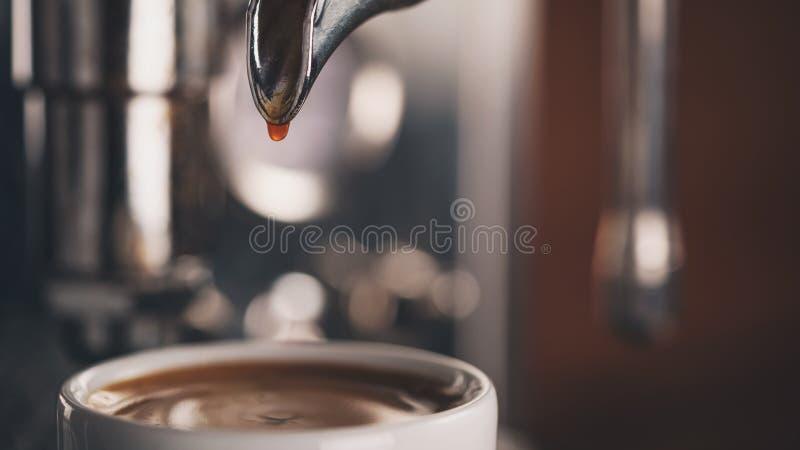 Closeupfoto av att förbereda espresso med kaffemaskinen fotografering för bildbyråer