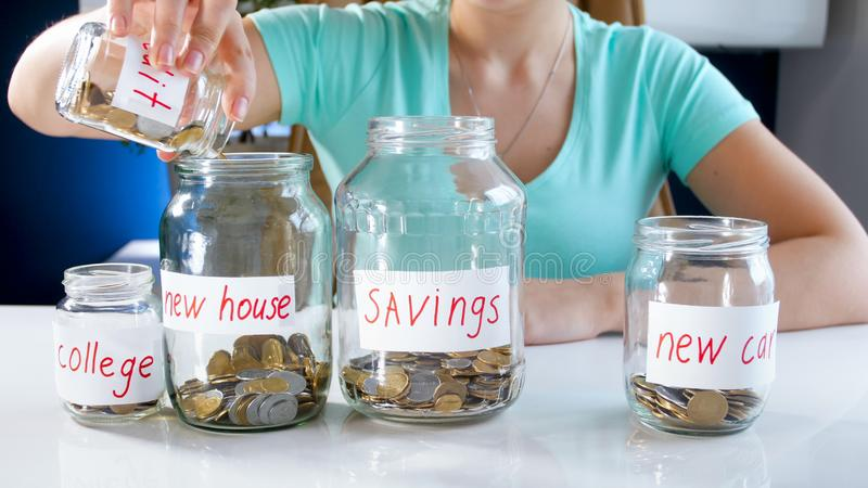 Closeupfoto av den unga kvinnan som klarar av hennes besparingar för att inhandla det nya huset royaltyfri fotografi