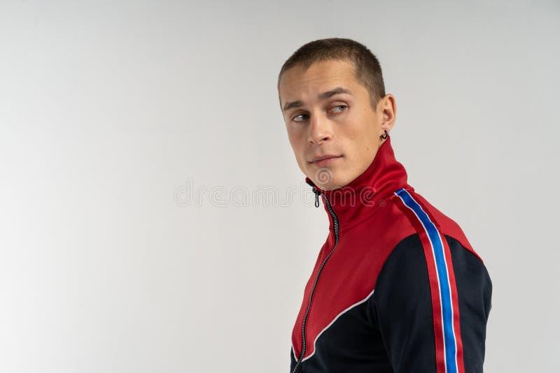 Closeupfoto av det tillfälligt klädda anseendet för ung man som isoleras på grå bakgrund fotografering för bildbyråer