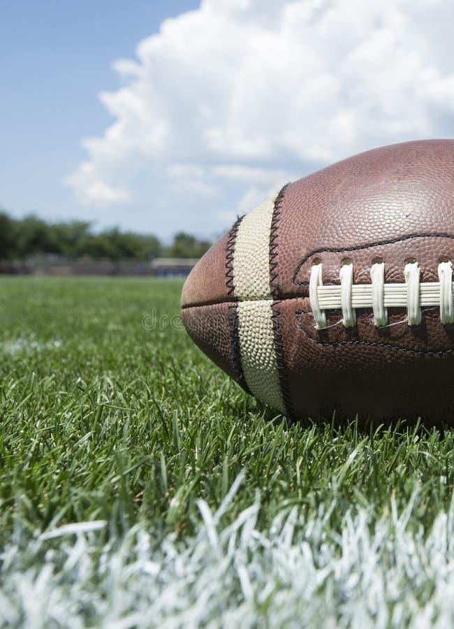 Closeupfoto av en fotboll som vilar på ett utomhus- fält royaltyfri fotografi