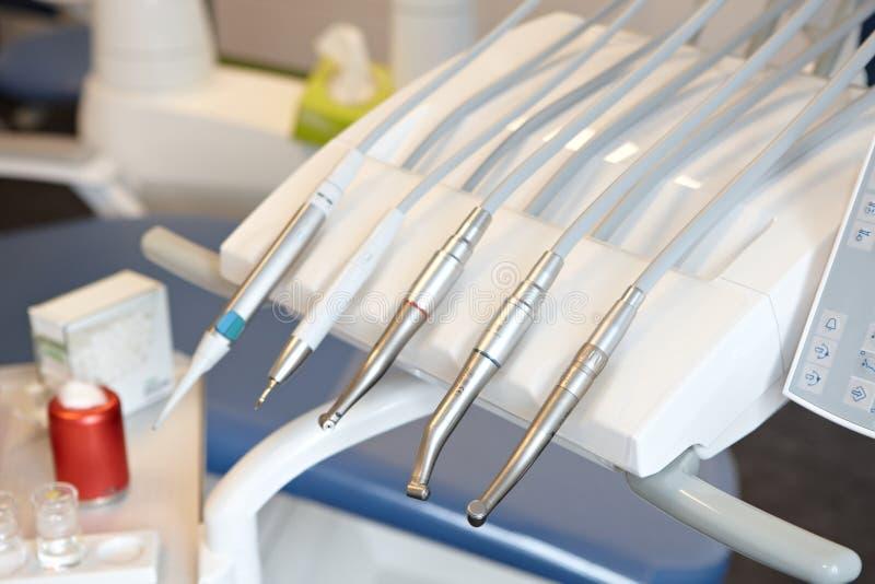 Closeupfoto av tand- utrustningar royaltyfria bilder