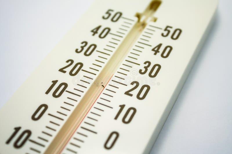 Closeupfoto av temperatuen för visning för hushållalkoholtermometer royaltyfri foto