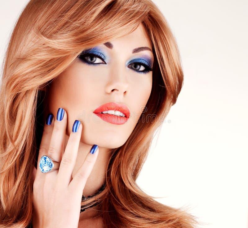 Closeupframsida av en sinnlig härlig kvinna med blått royaltyfri foto