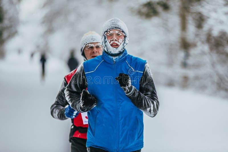 Closeupframsida i frost av den unga idrottsman nenlöparen royaltyfria bilder
