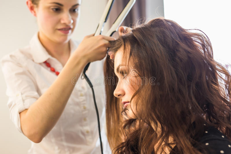 Closeupfrisörcoiffeuren gör frisyren royaltyfri fotografi