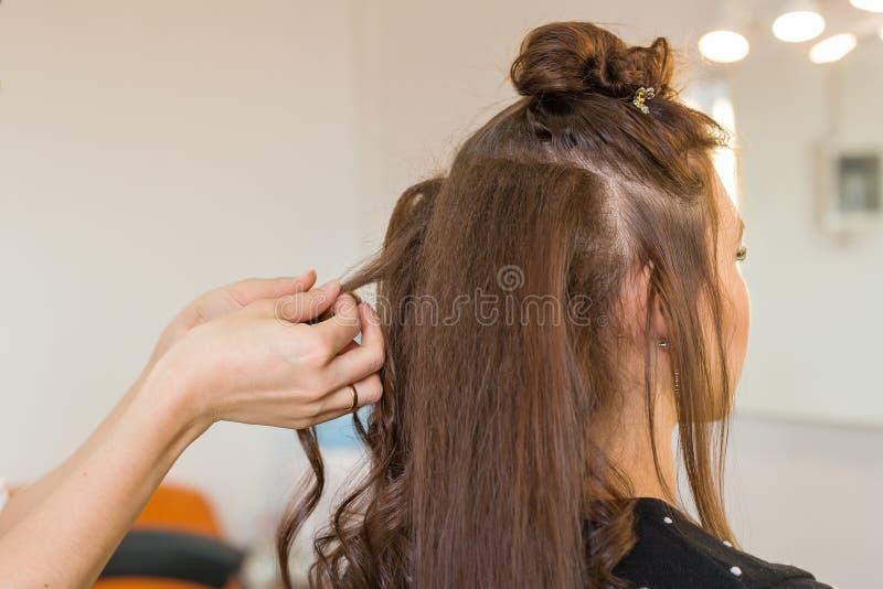 Closeupfrisörcoiffeuren gör frisyren fotografering för bildbyråer