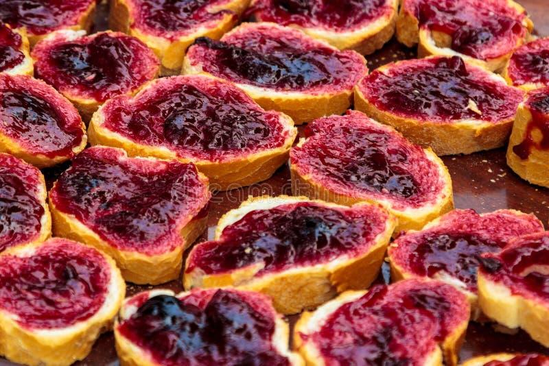Closeupfruktmarmelad på skivat bröd royaltyfri fotografi