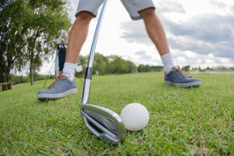 Closeupgolfare som förbereder sig att slå golfballen royaltyfri foto