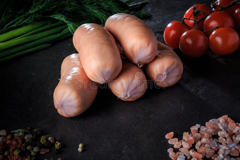 closeupgrupp av korta korvar med löken, dill, tomater fotografering för bildbyråer