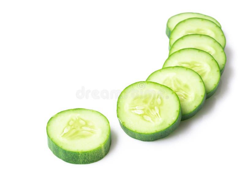 Closeupgurka som skivas på det vita bakgrunds-, mat- och grönsakbegreppet royaltyfria bilder
