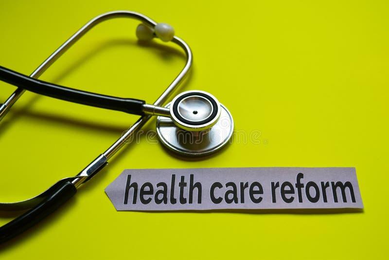 Closeuphälsovårdreform med stetoskopbegreppsinspiration på gul bakgrund arkivfoto