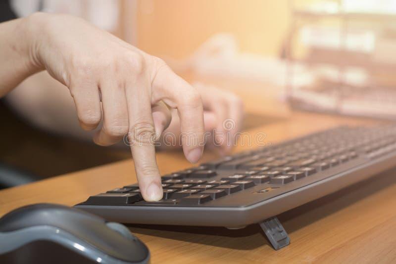 Closeuphänder av kvinnan trycker på skriver in på tangentbordet arkivbilder