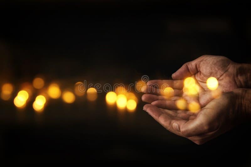 closeuphänder av mantiggerin för hjälp begrepp för armod eller hunger som söker för ljus i mörkret arkivbilder
