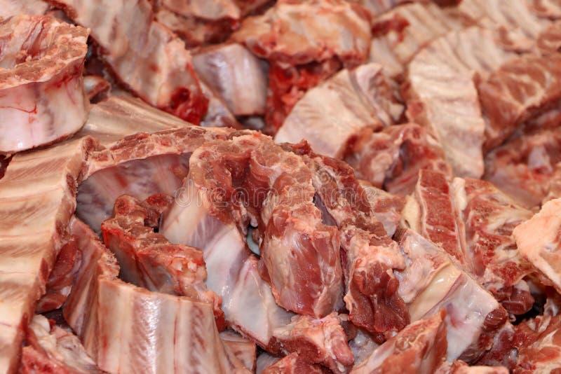 Closeuphög av rå grisköttstöd för att laga mat arkivbilder