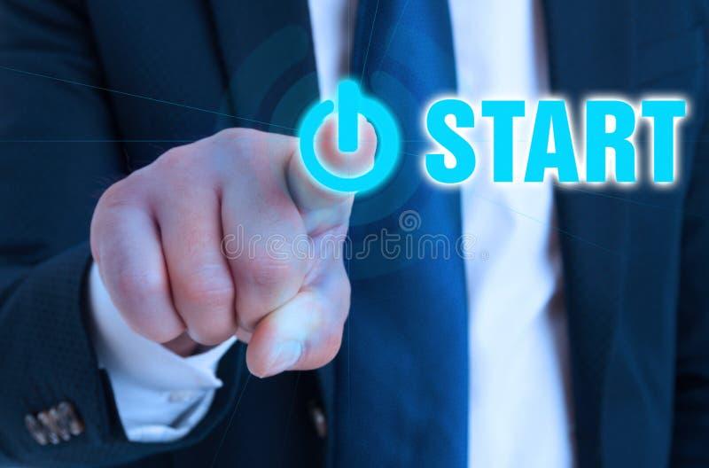 Closeuphand av entreprenören som pekar på startknappen arkivbilder