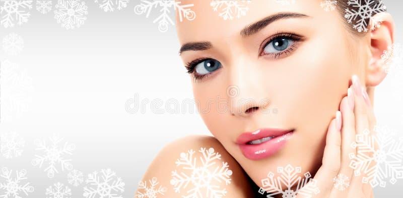 Closeupheadshotstående av en härlig kvinna med skönhetframsidan royaltyfri foto