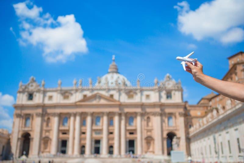 Closeupleksakflygplan på kyrka för basilika för St Peter ` s i Vatican City bakgrund Begrepp av loppfantasi fotografering för bildbyråer