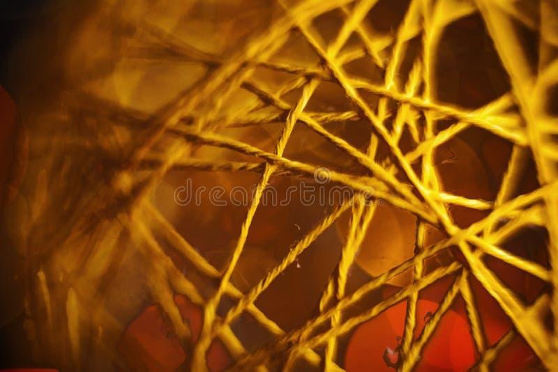 Closeupmörkerguling tvinnar bollen arkivfoto