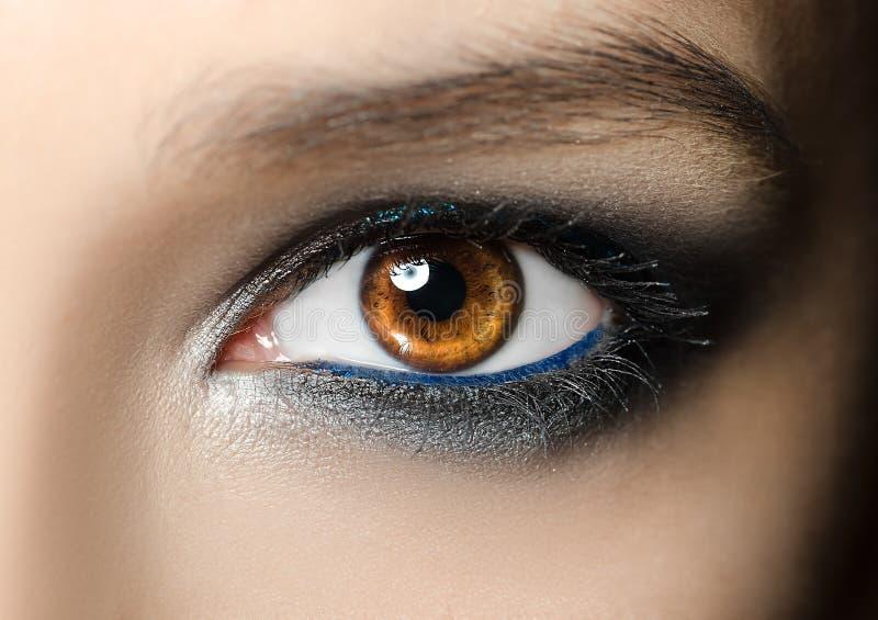 Closeupmakrostående av den kvinnliga framsidan Mänskligt kvinnaöga med skönhetmakeup och långa naturliga ögonfrans Flicka med per fotografering för bildbyråer