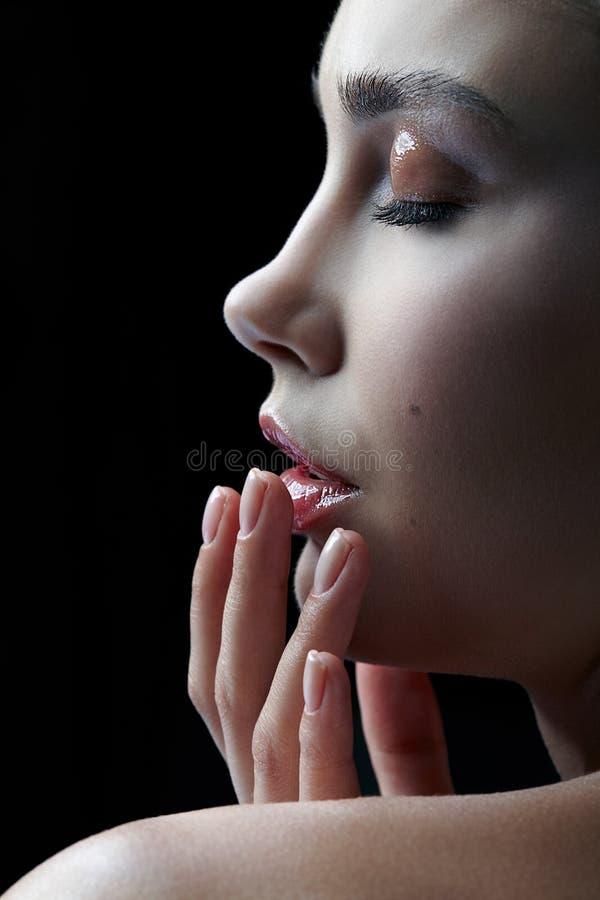 Closeupmakroståenden av den kvinnliga framsidan med ögon stängde sig KvinnaWi arkivbilder