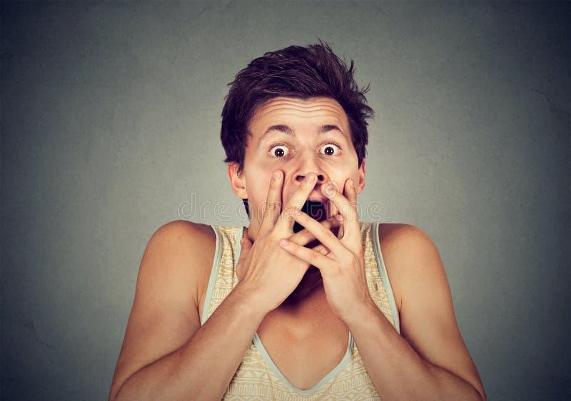 Closeupman som ser chockat förskräckt royaltyfri fotografi