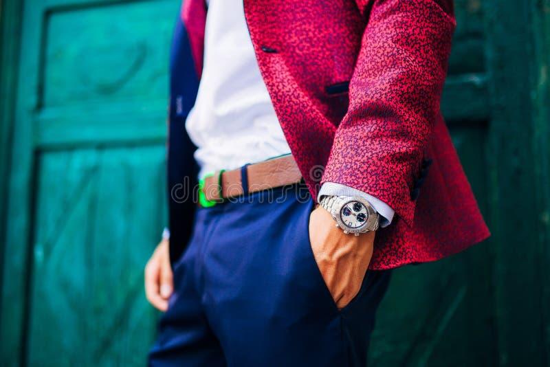 Closeupmodebild av den lyxiga klockan på handleden av mannen kroppdetalj av en affärsman royaltyfri bild