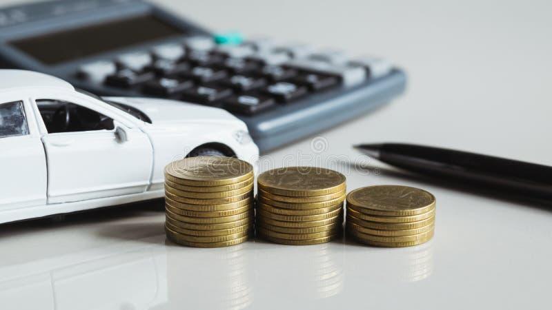 Closeupmynt med billeksakpennan, räknemaskin på tabellen för finans c arkivbild