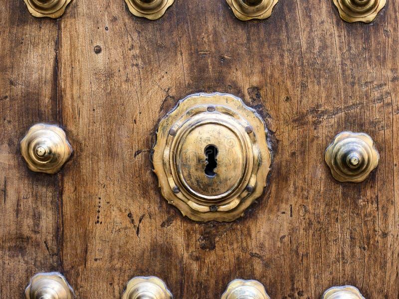 Closeupnyckelhål på träandalusian dörr arkivfoton