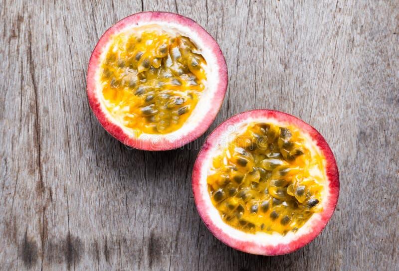 Closeuppassionfrukt med skivan på träbakgrund, sunt begrepp för frukt arkivbild