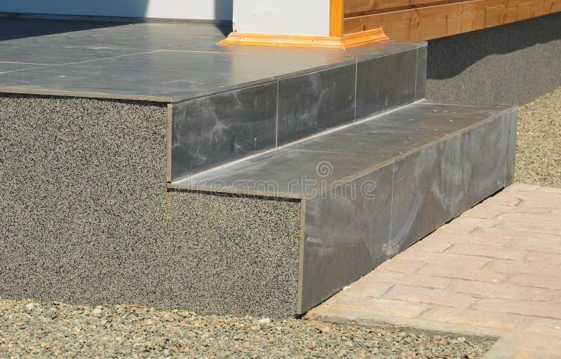 Closeupproblemområde på belagd med tegel trappuppgång för ingång sten med stuckaturen fotografering för bildbyråer