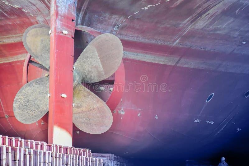 Closeuppropellermässing i sväva skeppsdocka royaltyfria bilder