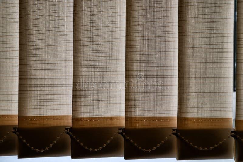 Closeuprullgardingardiner på fönstret fotografering för bildbyråer
