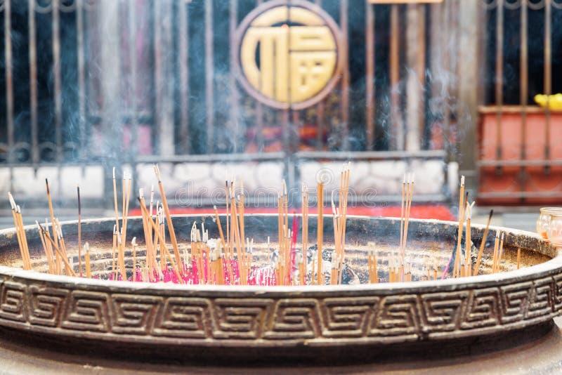 Closeupsikt av brinnande rökelse i den Wenshu templet, Chengdu, Kina arkivfoton