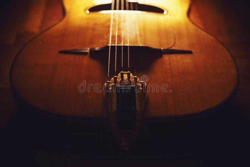 Closeupsikt av den zigenska gitarrkroppen royaltyfri fotografi
