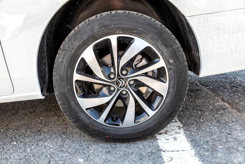 Closeupsikt av det Citroen hjulet med det kontinentala gummihjulet arkivfoton