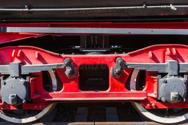 Closeupsikt av gamla hjul för en järnväg bil, bladvårar, tidskrift royaltyfri foto