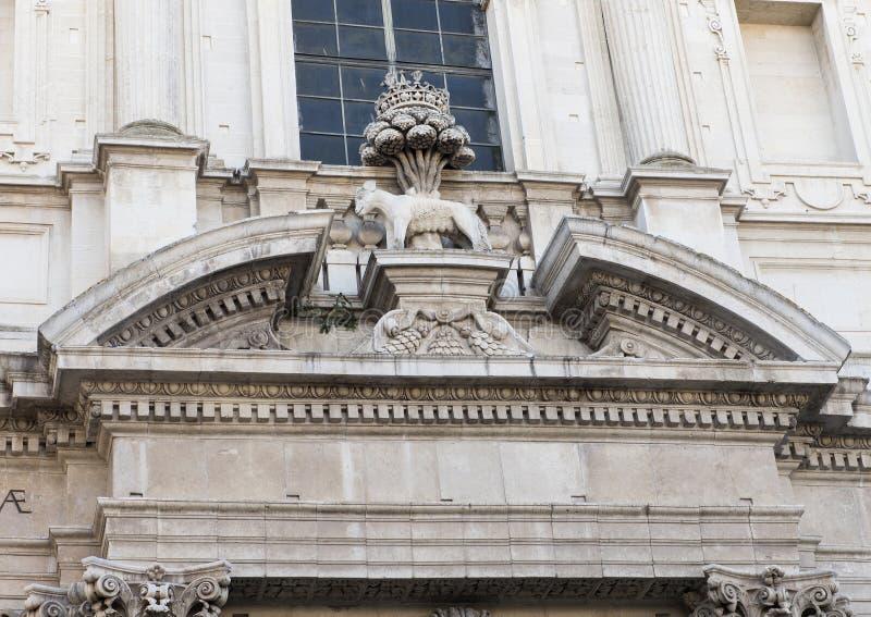 Closeupsikt av kyrkan av helgonet Irene, presentera henne varg och ilexträdet, symbolerna av Le arkivbild